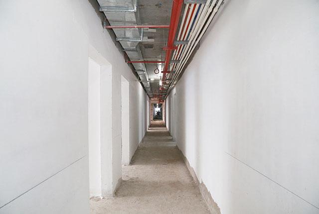 Bả sơn matit hành lang căn hộ tầng 10 Block A, B