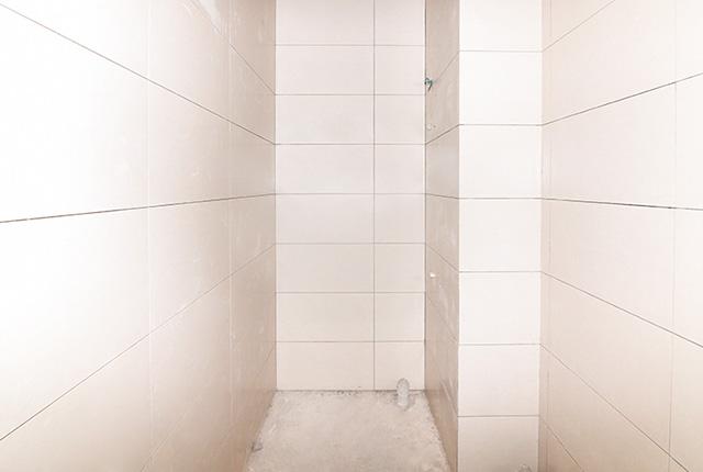 Ốp gạch WC căn hộ tầng 8 Block A, B và tầng 9 Block C