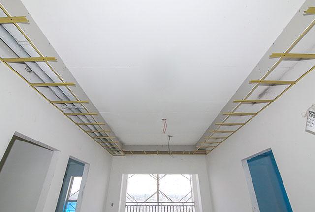 Tiếp tục đóng khung trần thạch cao căn hộ tầng 8 Block A, tầng 9 Block B