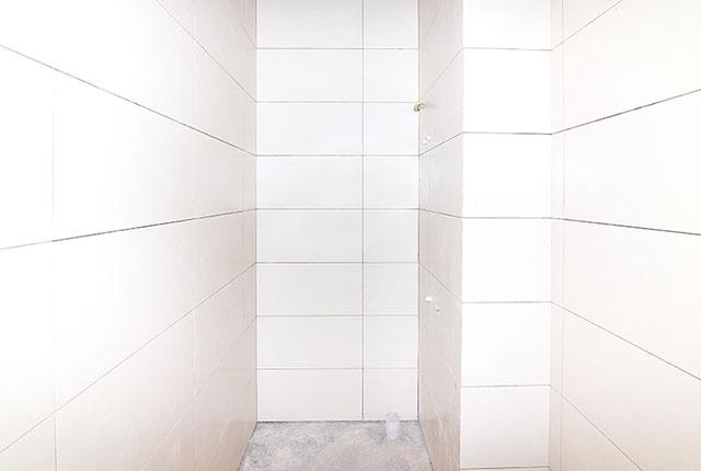 Ốp gạch WC căn hộ tầng 11 Block A, tầng 10 Block B và tầng 14 Block C