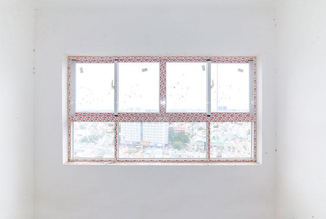 Hoàn thành lắp đặt kính cửa sổ căn hộ tầng 17 Block A, B, C