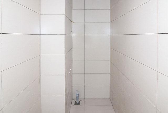 Ốp gạch WC căn hộ tầng 17 Block A, B, C