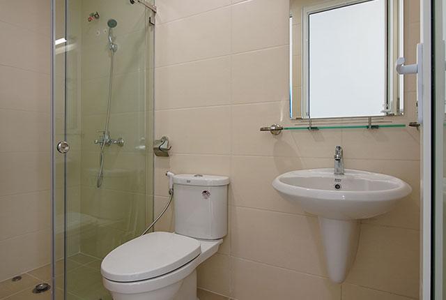 Công tác thi công lắp đặt các thiết bị WC căn hộ tầng 20 block B