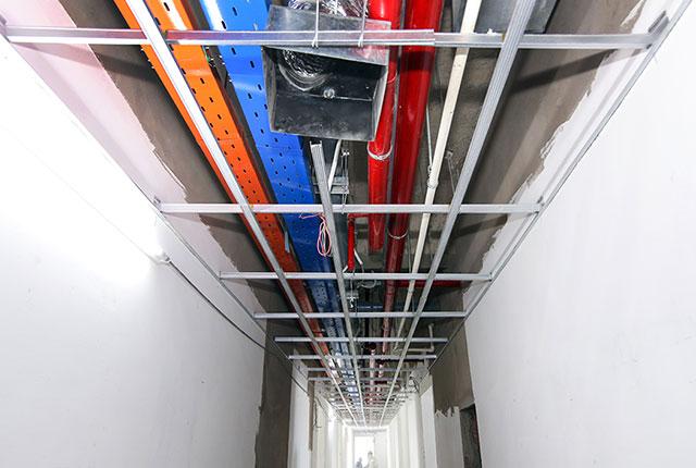 Công tác thi công khung xương trần thạch cao hành lang căn hộ tầng 20 block B