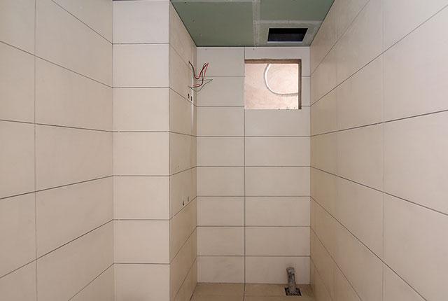 Thi công ốp gạch WC căn hộ tầng 20 block B