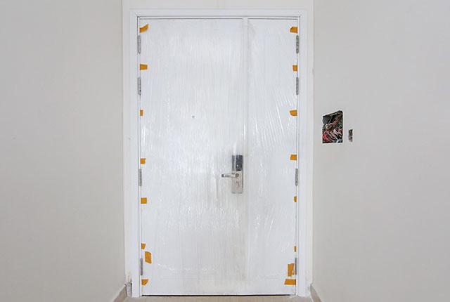 Thi công lắp đặt cửa căn hộ tầng 14 block C