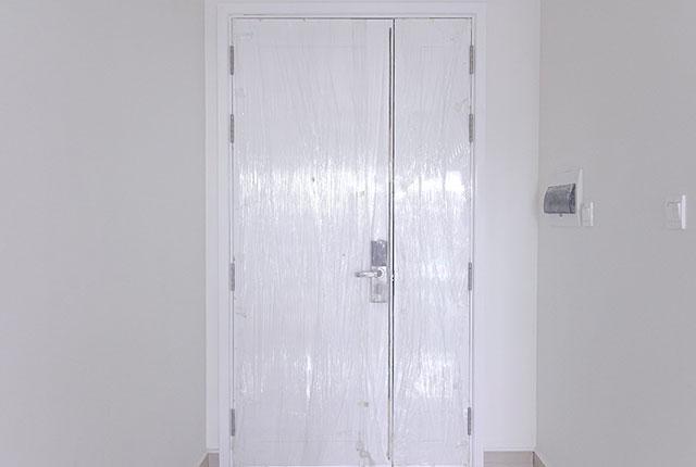 Thi công lắp đặt cửa căn hộ tầng 20 block A