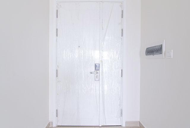 Thi công lắp đặt cửa căn hộ tầng 20 block B