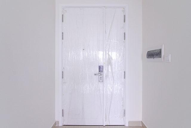 Thi công lắp đặt cửa căn hộ tầng 20 block C