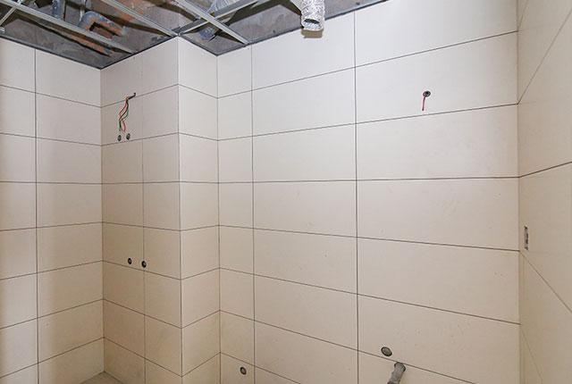 Thi công ốp gạch WC căn hộ tầng 9 block C