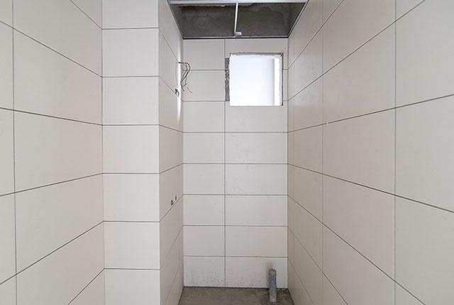 Thi công ốp gạch WC căn hộ tầng 15 block B