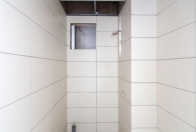 Thi công ốp gạch WC căn hộ tầng 15 block C
