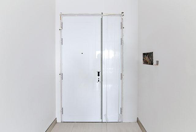Thi công lắp đặt cửa căn hộ tầng 9 block A