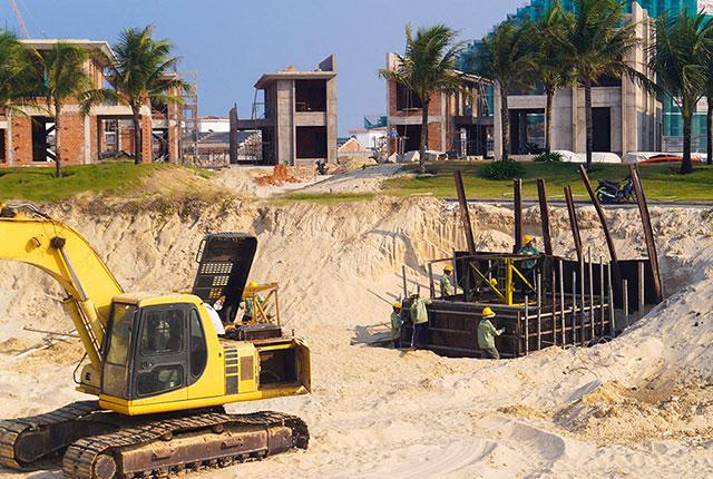 Tiếp tục thi công lắp đặt cẩu tháp xây dựng khách sạn dự án