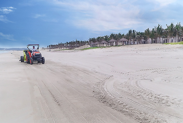 Công tác làm sạch cát đường bờ biển