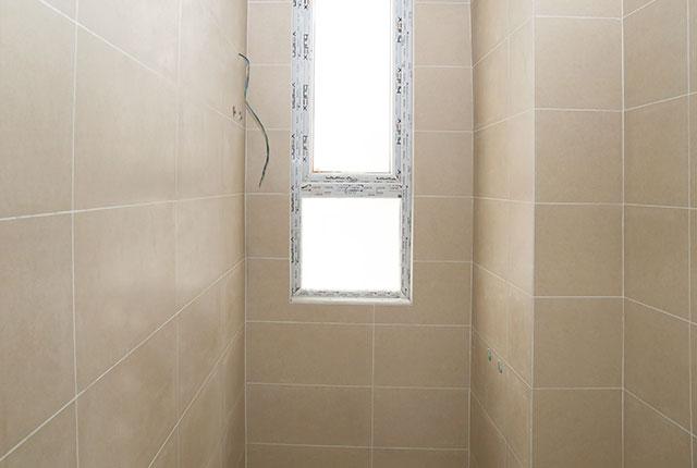 Tiếp tục ốp gạch WC từ tầng 5 đến tầng 18 Block A, B, C, D