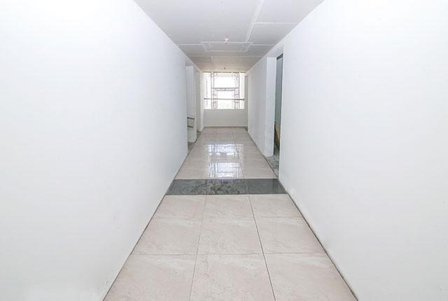 Ốp gạch hành lang căn hộ tầng 15 Block A, B
