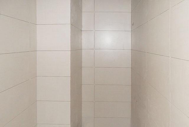 Lát gạch WC căn hộ tầng 19 Block A, B