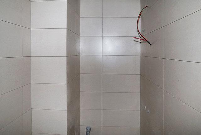 Lát gạch WC căn hộ tầng 20 Block A, tầng 21 Block B
