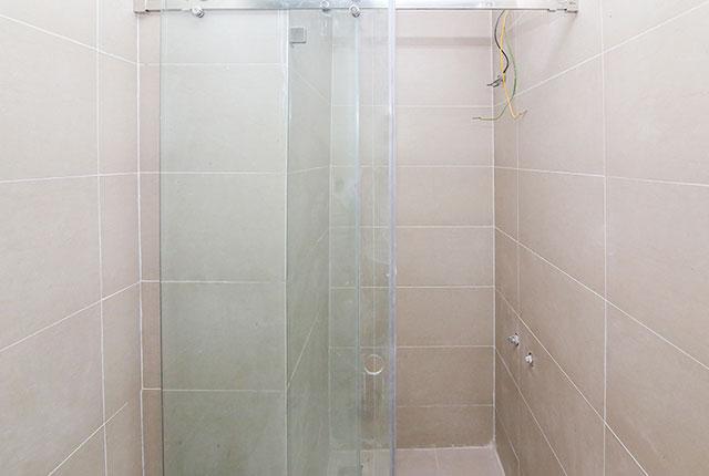 Lắp đặt cửa kính phòng tắm căn hộ tầng 13 Block A, B