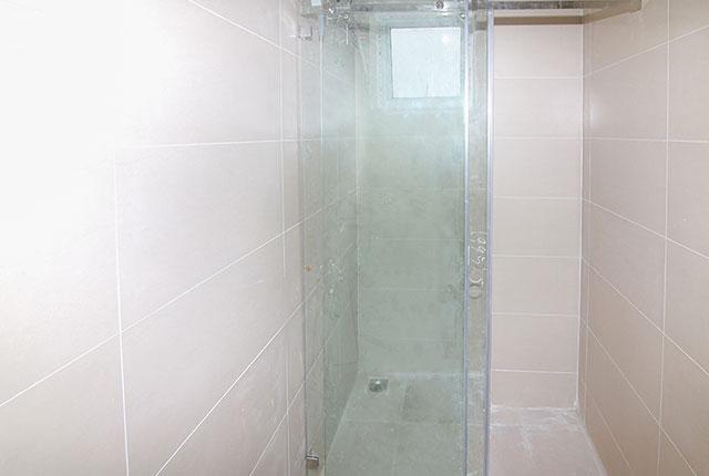 Lắp đặt cửa kính phòng tắm căn hộ tầng 12 Block A, B