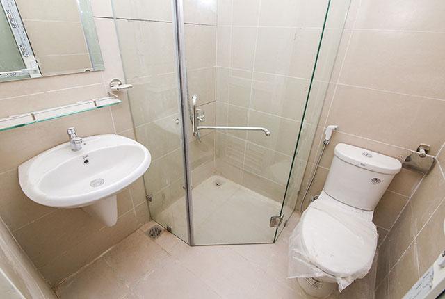 Lắp đặt thiết bị vệ sinh căn hộ tầng 11 Block A, B