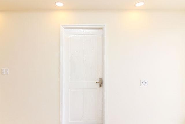 Tiếp tục lắp đặt cửa phòng ngủ căn hộ tầng 21 Block A, B