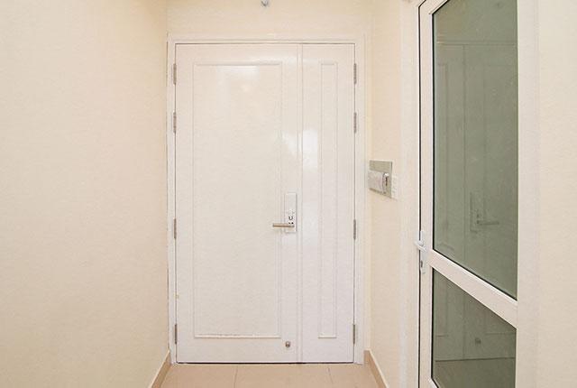 Tiếp tục lắp đặt cửa ra vào căn hộ tầng 21 Block A, B
