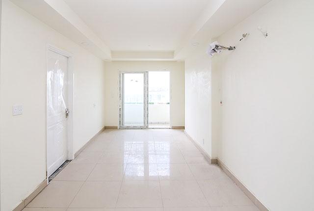Tiếp tục sơn nước bên trong căn hộ tầng 21 Block A, B