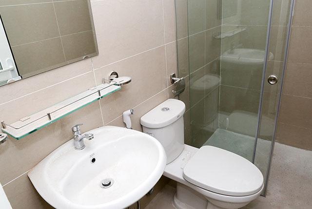 Lắp đặt thiết bị vệ sinh căn hộ tầng 18 Block A, B