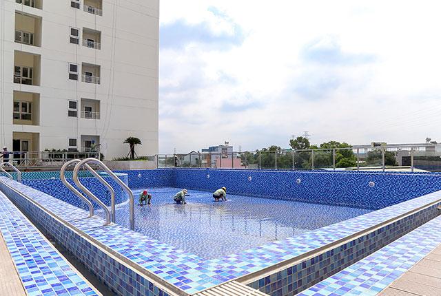 Khu vực hồ bơi của tòa nhà đang được hoàn thiện để phục vụ cư dân
