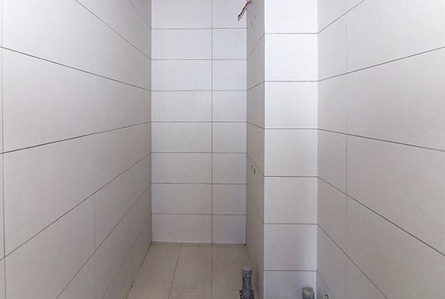 Ốp gạch WC căn hộ tầng 6 - 25 block Central