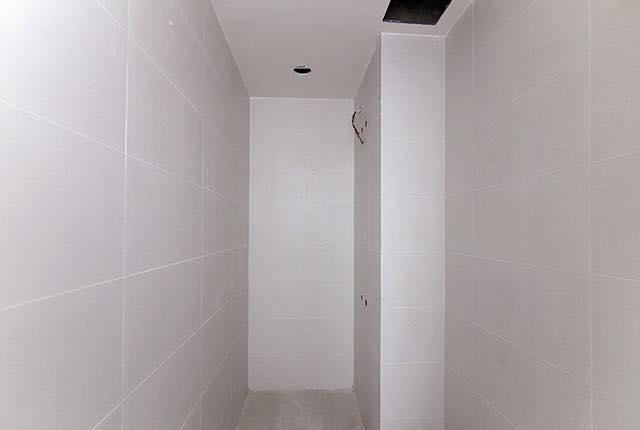Hoàn thành ốp gạch WC căn hộ tầng 6 - 20 block Northern