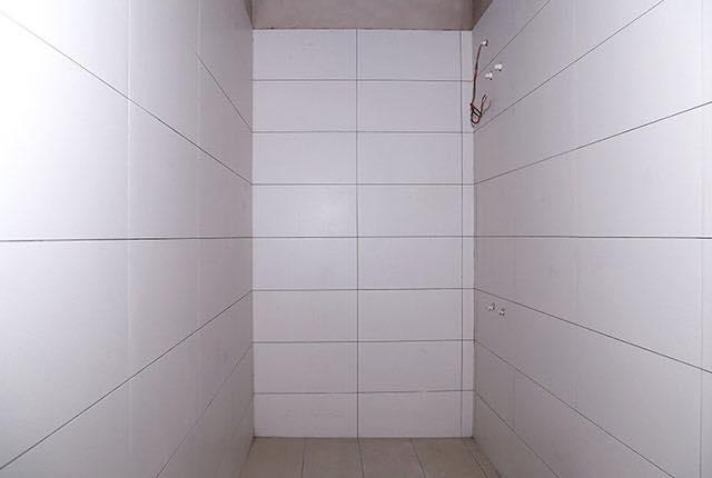 Hoàn thành ốp gạch WC căn hộ tầng 6 - 20 block Southern
