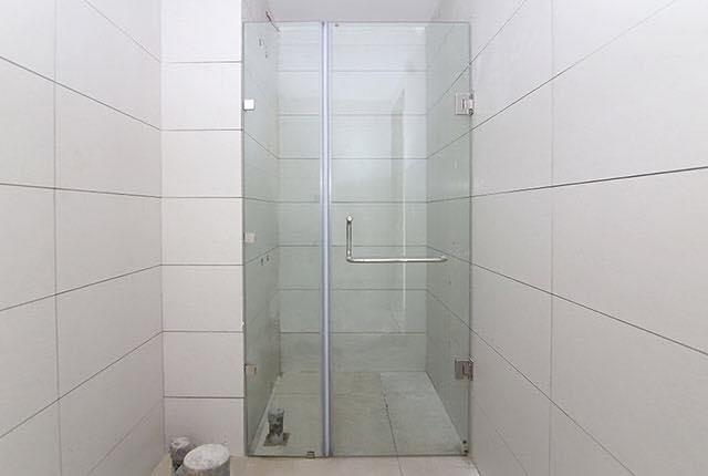 Lắp đặt cửa kính phòng tắm căn hộ tầng 7 - 18 block Centra