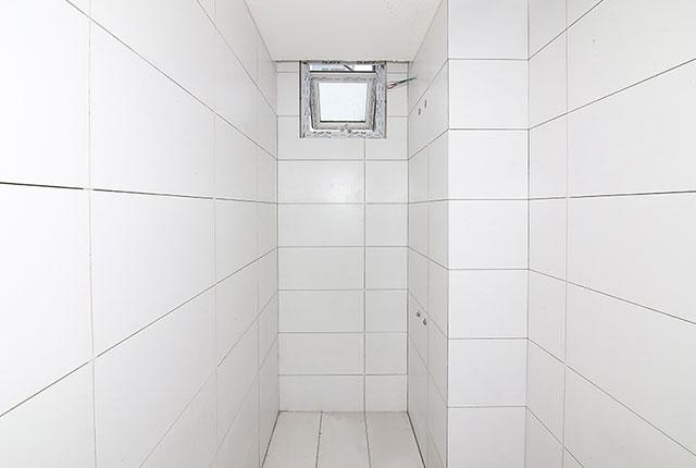 Ốp gạch WC căn hộ tầng 8 block Southern