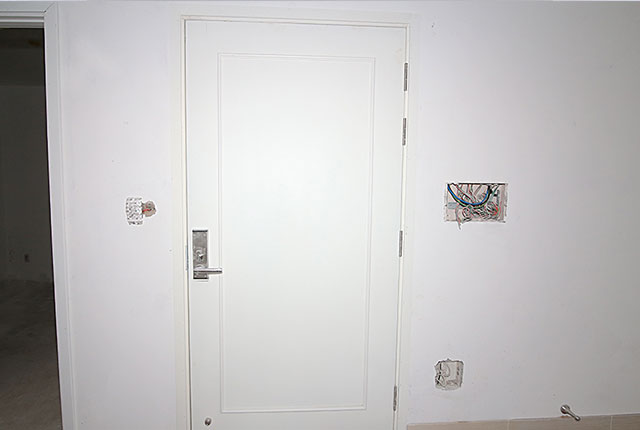 Lắp đặt hệ thống cửa ra vào căn hộ tầng 17 block C