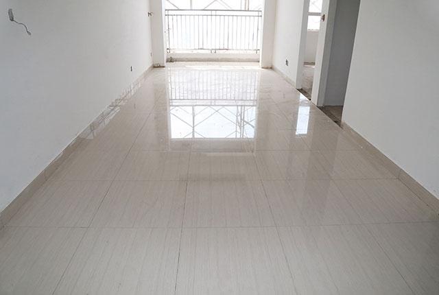 Tiếp tục lát gạch căn hộ tầng 8 block C