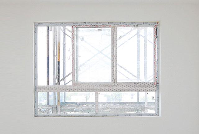Lắp đặt cửa kính bên trong căn hộ tầng 18 block C