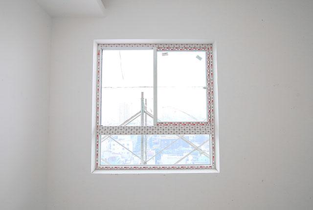 Tiếp tục lắp đặt cửa kính bên trong căn hộ tầng 18 block C