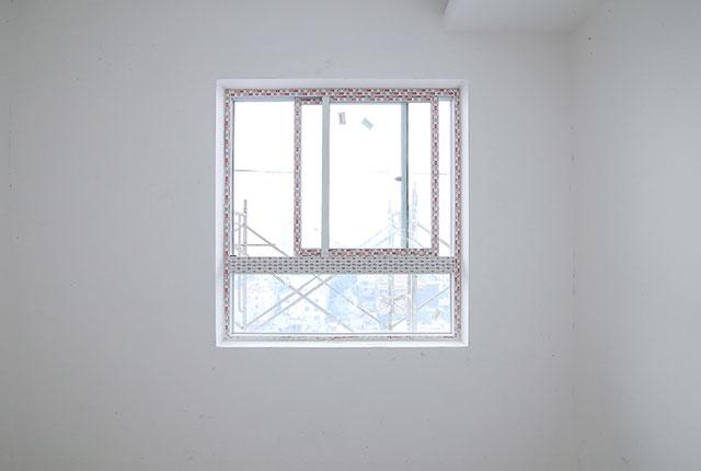 Tiếp tục lắp đặt cửa kính bên trong căn hộ tầng 18 block A, B