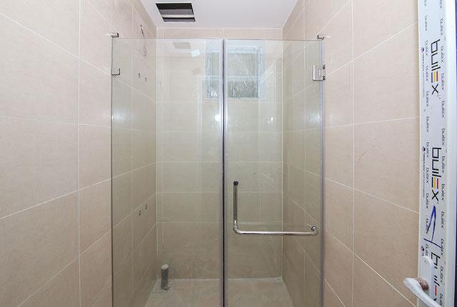 Lắp đặt cửa kính phòng tắm căn hộ tầng 9 block A, B