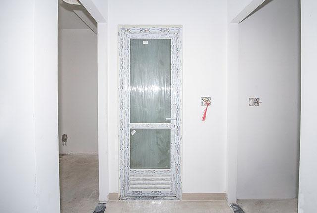 Lắp đặt cửa WC căn hộ tầng 18 block C