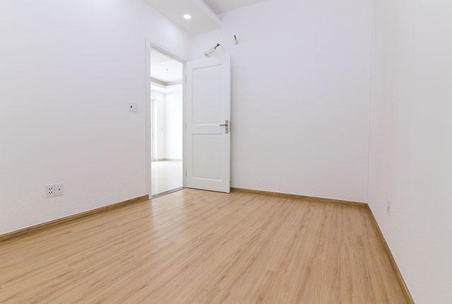 Ốp sàn gỗ phòng ngủ căn hộ tầng 5 - 13 block C