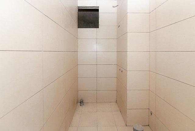 Ốp gạch WC căn hộ tầng 20 block A