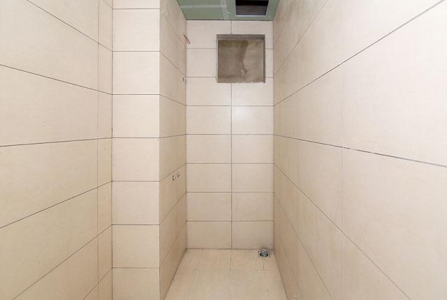 Ốp gạch WC căn hộ tầng 20 block B