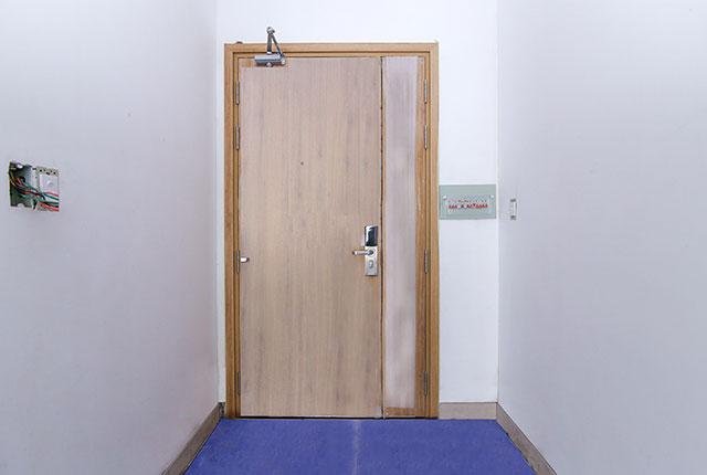 Lắp đặt cửa ra vào căn hộ tầng 5 - 18 block B