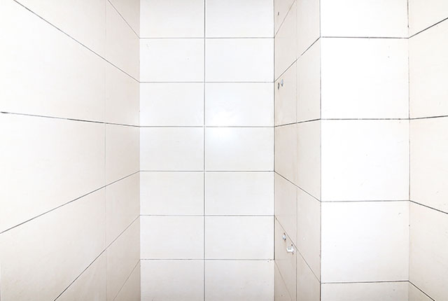 Ốp gạch WC căn hộ tầng 6 block A