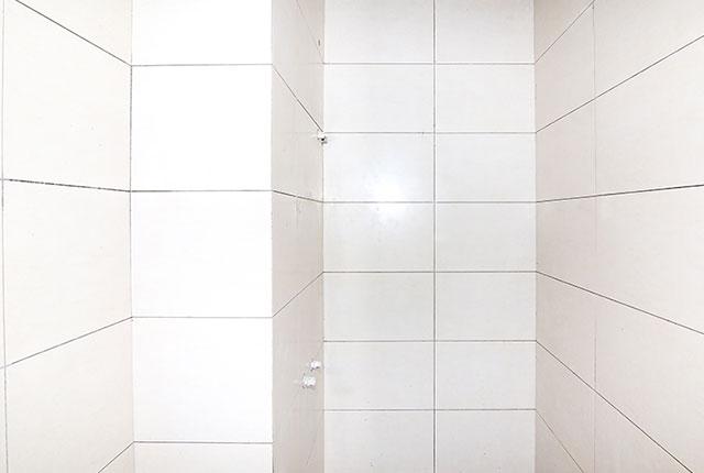 Ốp gạch WC căn hộ tầng 6 block B