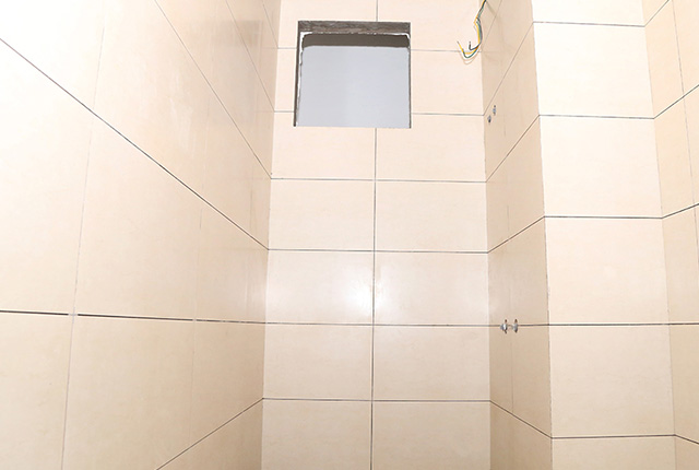 Ốp gạch WC căn hộ tầng 10 block A